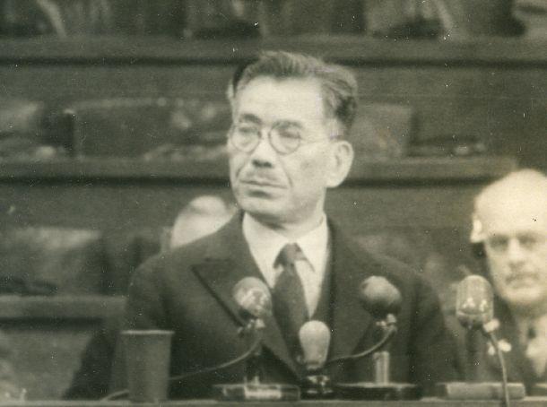 写真・図版 : 極東軍事裁判で証言する白鳥敏夫=1947年12月11日、東京・市ヶ谷(GHQ提供)