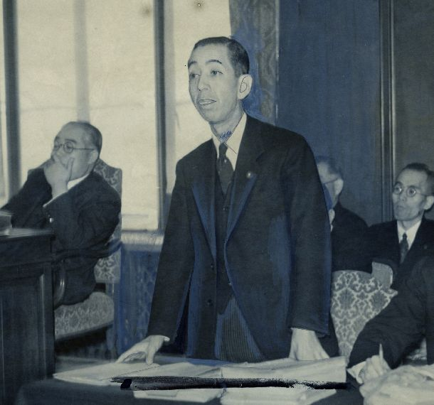 写真・図版 : 帝国議会の衆議院産業設備営団法委員会で説明する岸信介商相=1941年