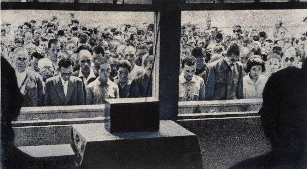 写真・図版 : 大阪駅前で敗戦を伝える昭和天皇の玉音放送を聴く人たち=1945年8月15日