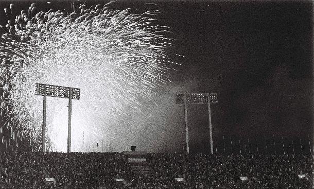 写真・図版 : 東京オリンピックの閉会式。花火が打ち上がるなかの「サヨナラ」= 1964年10月24日、東京・国立競技場で