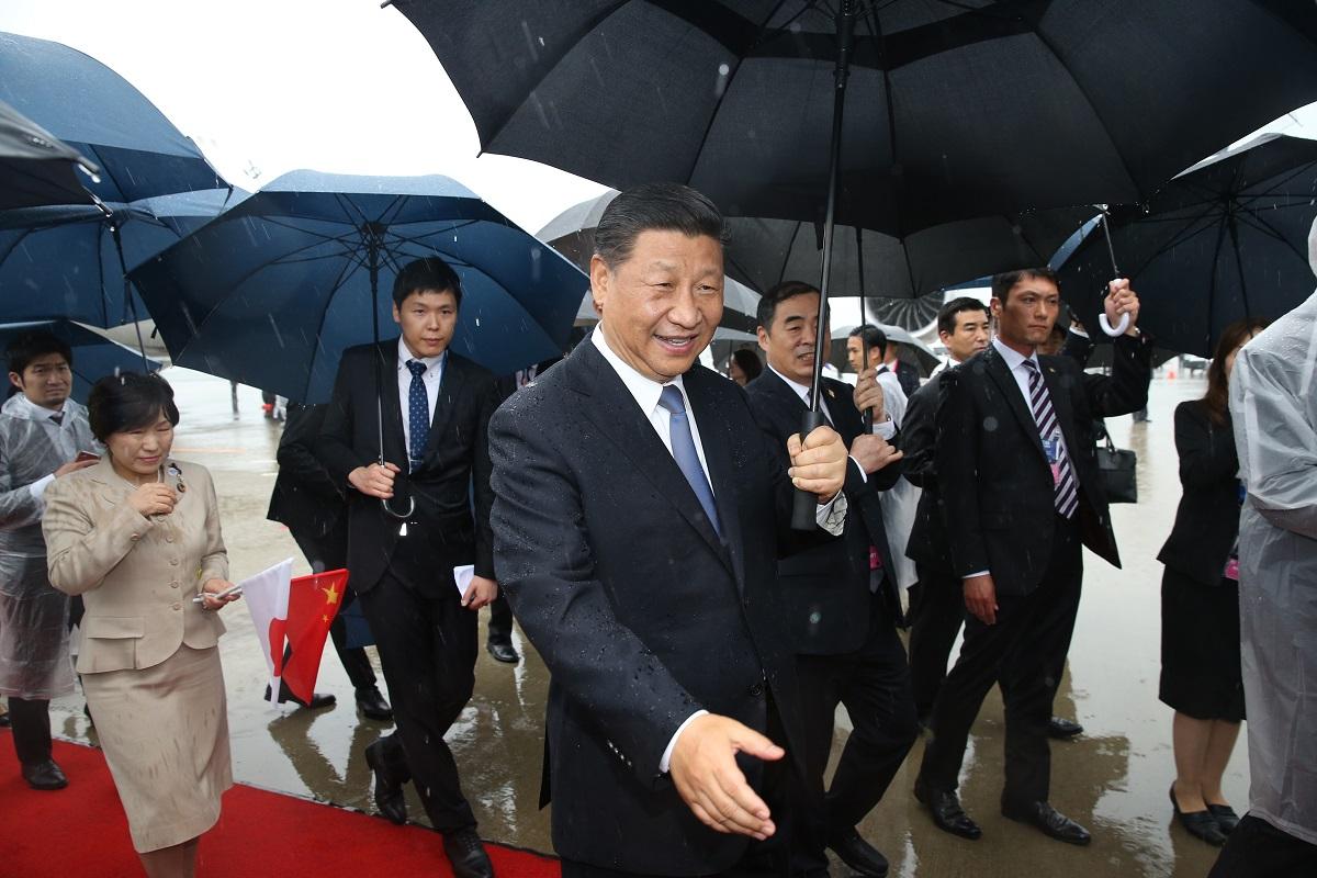 写真・図版 : G20に出席するため来日した中国の習近平国家主席=2019年6月27日、関西空港