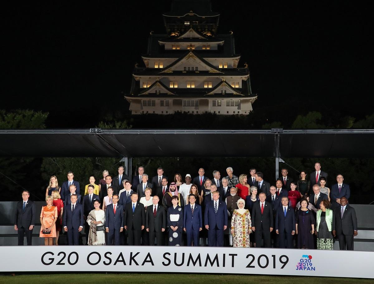 集合写真に納まる各国首脳ら20190628