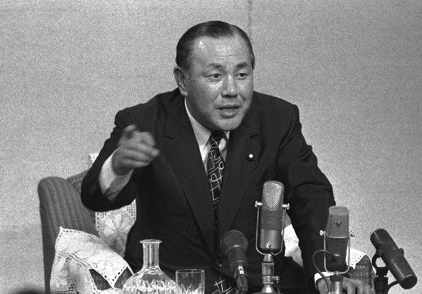 写真・図版 : 就任後、内外記者団と初めて記者会見をする田中角栄首相=1972年7月19日、首相官邸