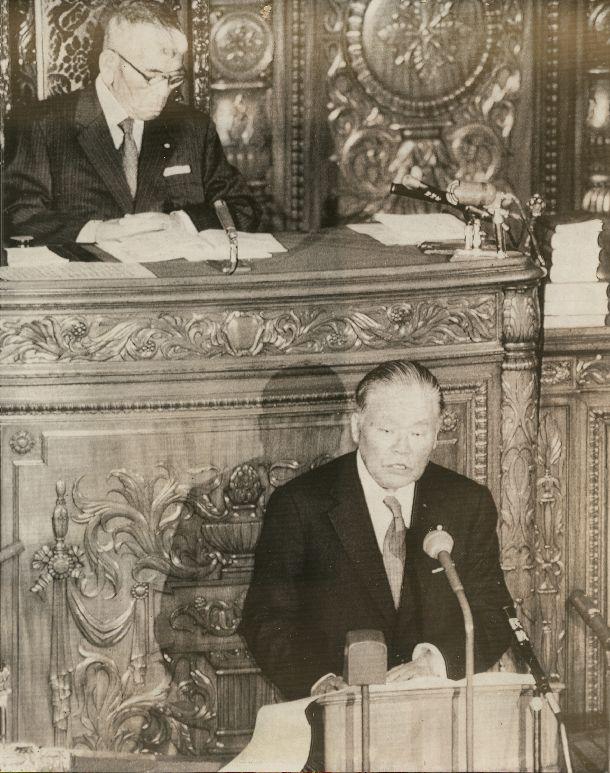 写真・図版 : 就任後初の施政方針演説をする大平正芳首相。経済成長至上主義の時代から文化重視の時代に至ったとの認識を示した。後方は保利茂衆議院議長=1979年1月25日