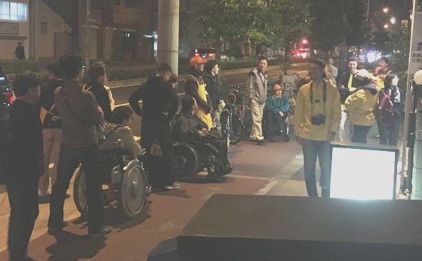 写真・図版 : 4月6日、事務所前でのマイク納めでも、たくさんの当事者が集まった。