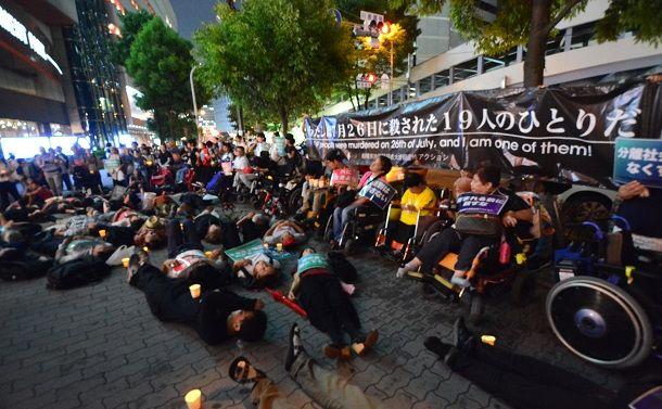 写真・図版 : 写真は2018年7月26日の追悼アクションの様子(写真提供:TETSUYA FUCHIGAMI)。神戸でも、「リメンバー 7.26 神戸アクション」の呼びかけによる追悼デモが行われる。(午後4時 西元町きらら広場集合→4時15分 デモ出発→5時45分 三宮東遊園地到着→6時 解散)http://u0u0.net/RYdN(障碍者を殺すな7.28追悼デモ)