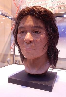 写真・図版 : 船泊遺跡23号人骨の復顔像=国立科学博物館所蔵