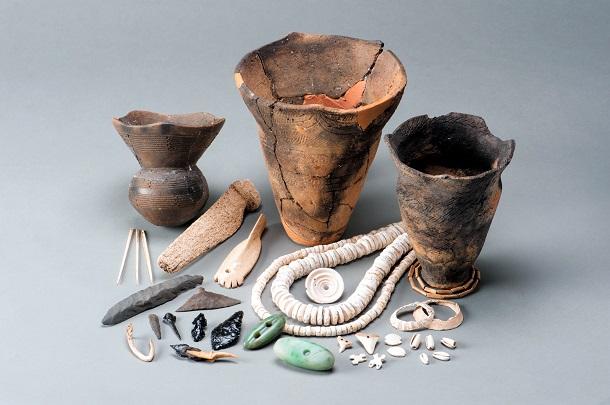 写真・図版 : 船泊遺跡の出土品。土器や石器のほか、貝殻を加工した装身具などが、国の重要文化財に指定されている=礼文町教育委員会提供