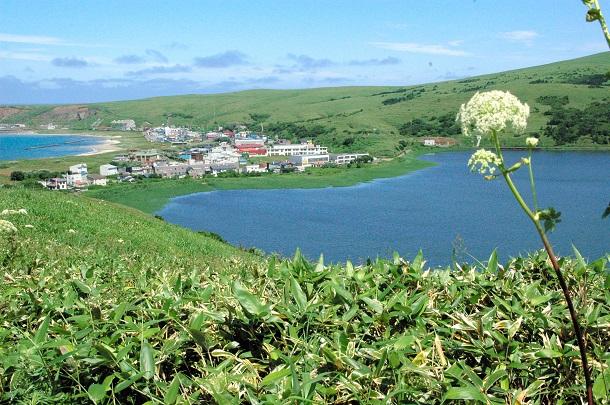 写真・図版 : 船泊遺跡は海(左奥)と湖にはさまれた地区にある=北海道礼文町