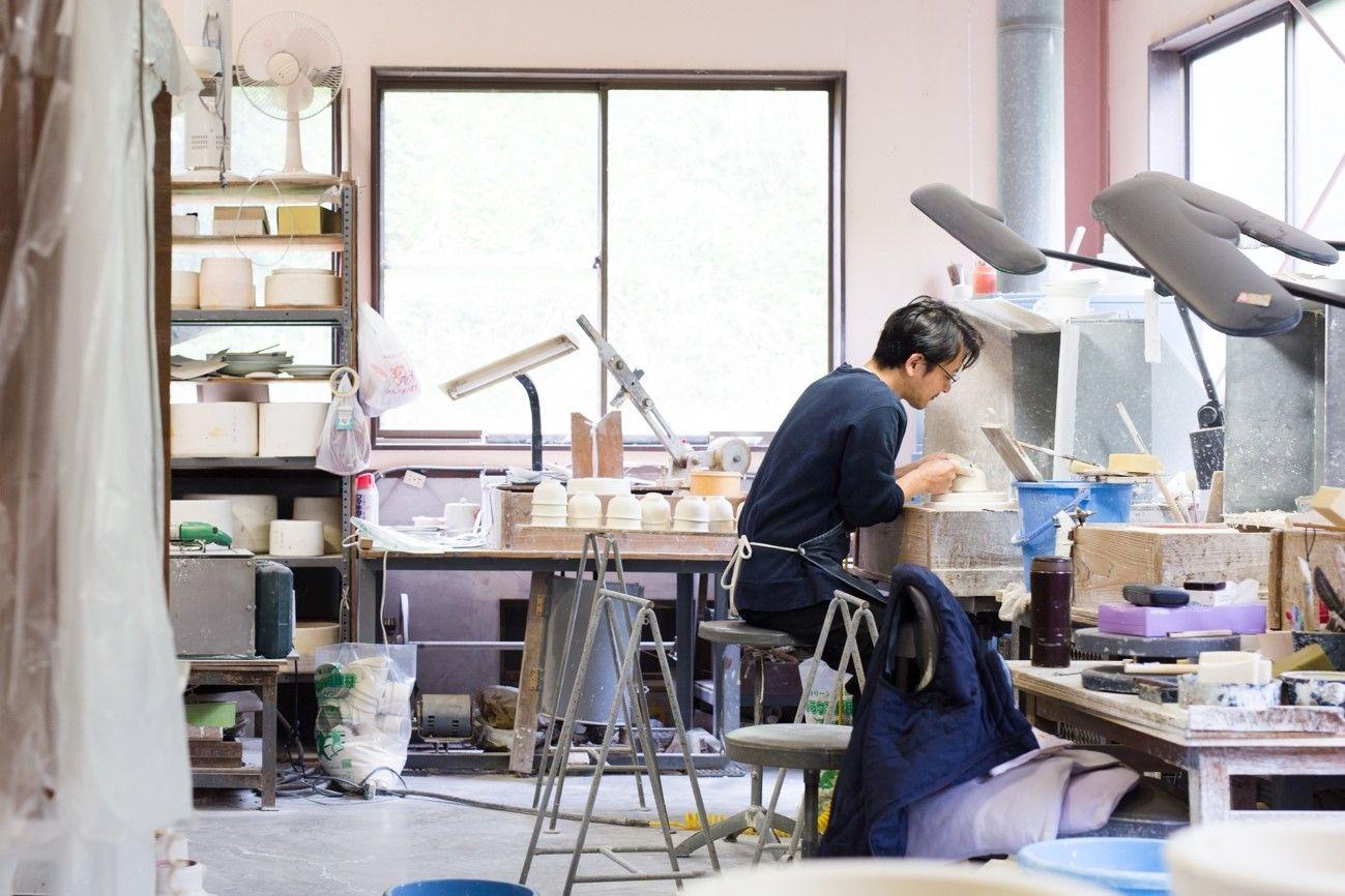 写真・図版 : 窯元の工房では職人の手仕事で器が生まれる=文山製陶提供