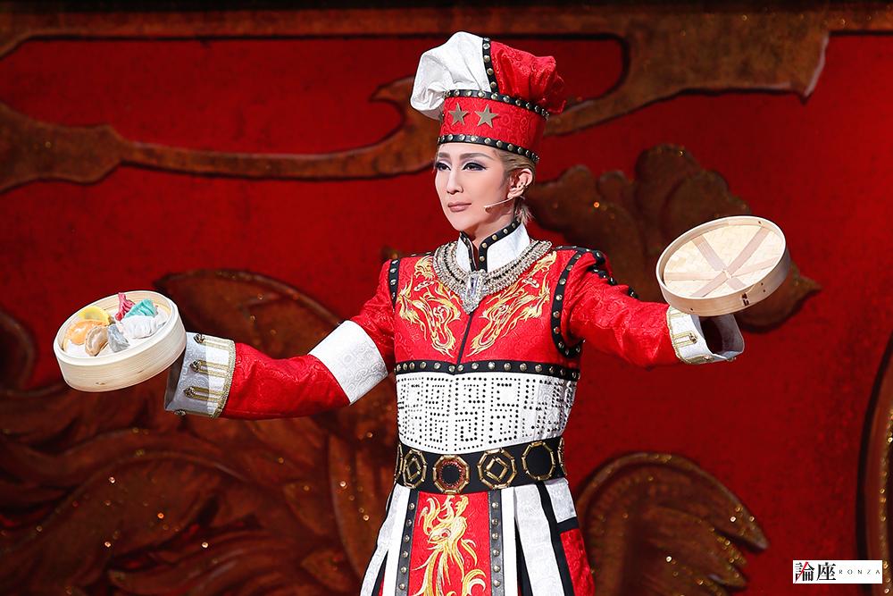 写真・図版 : 『GOD OF STARS-食聖-』公演から、ホン・シンシン役の紅ゆずる=岸隆子 撮影