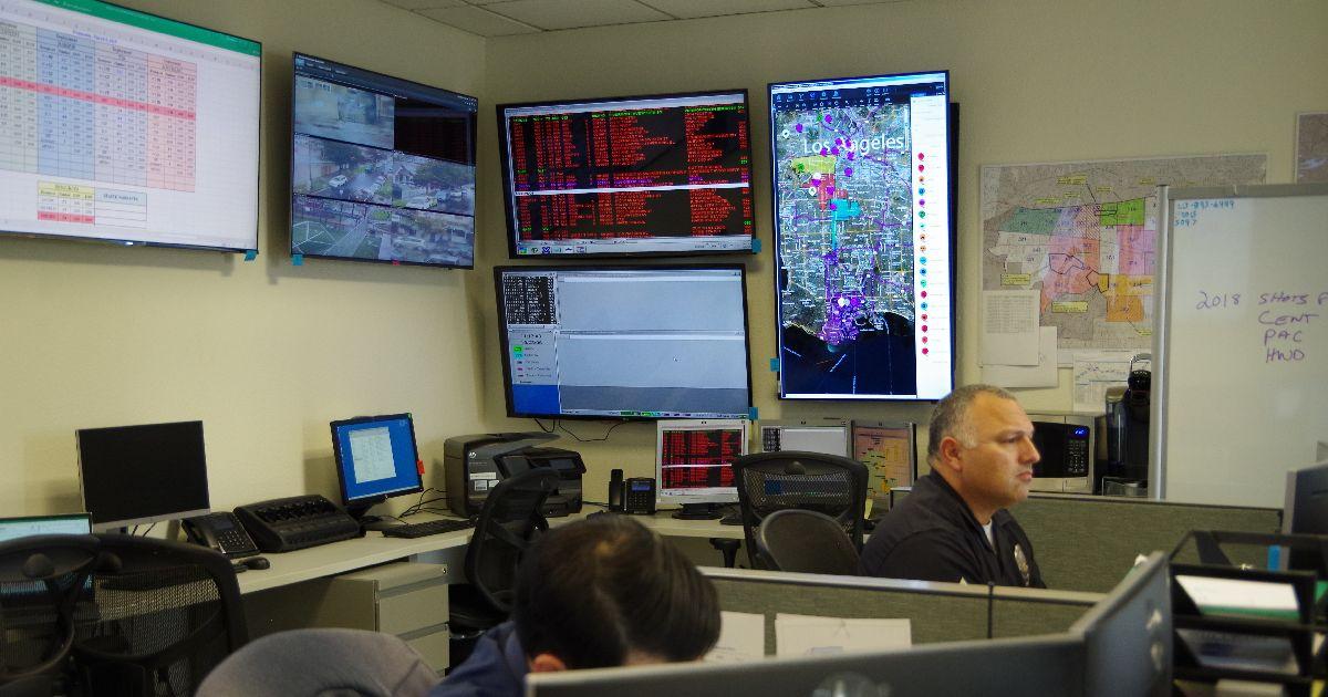 写真・図版 : ロス市警77丁目署の一室=米ロサンゼルス