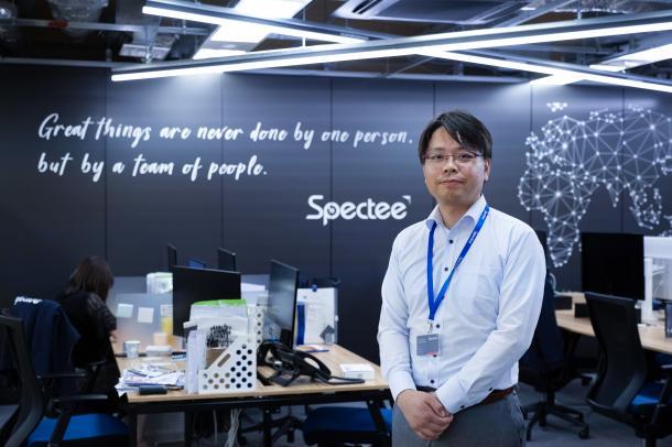 写真・図版 : スペクティの社内と社長の村上建治郎さん=撮影・吉永考宏
