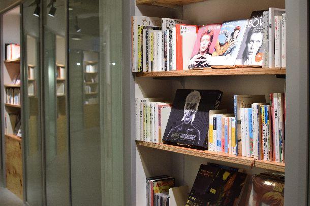 写真・図版 : スマートニュース社内の本棚。デビット・ボウイに関する書籍が並ぶ=同社提供