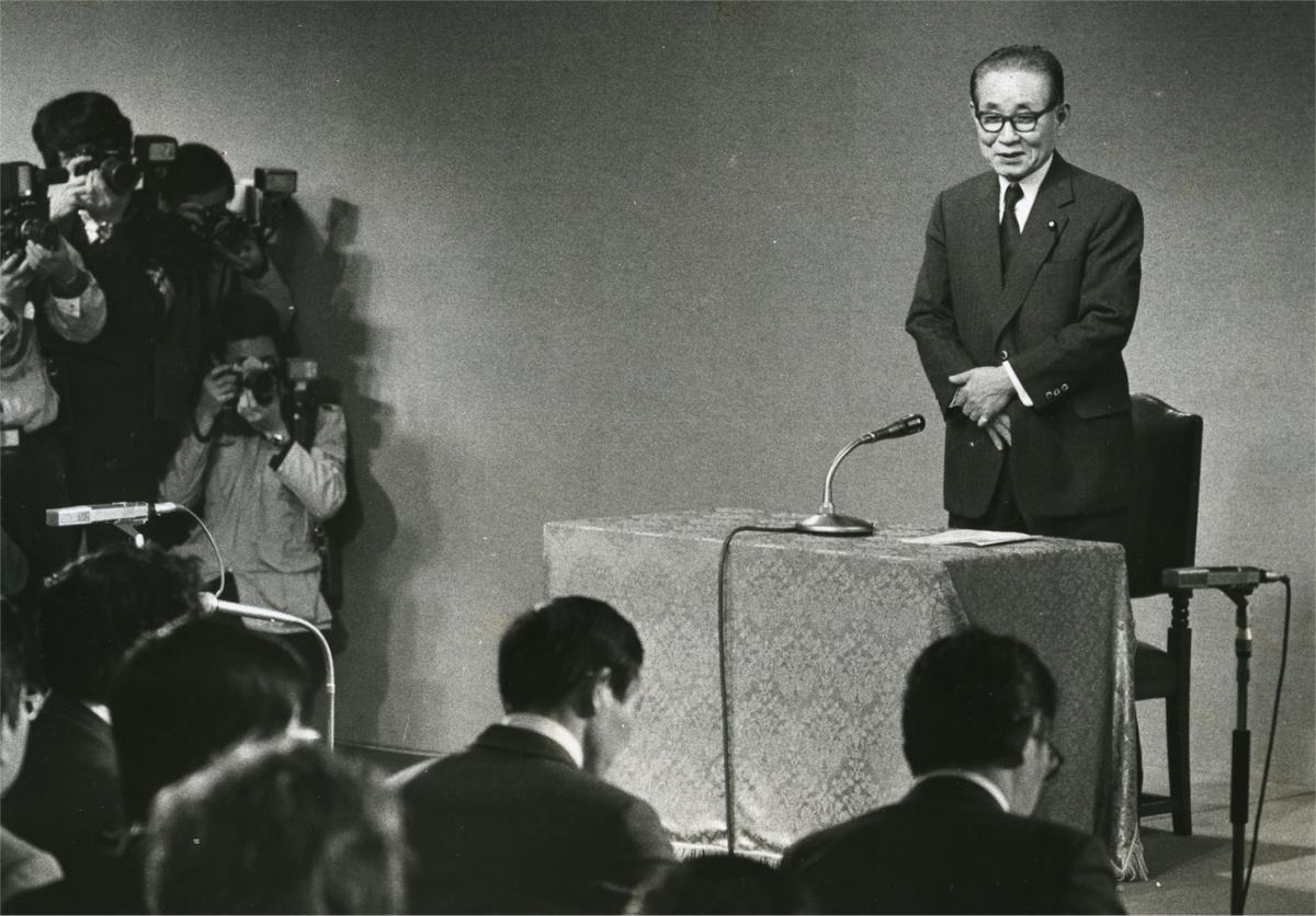 写真・図版 : 官房長官就任の記者会見をする後藤田正晴氏=1982年11月、首相官邸