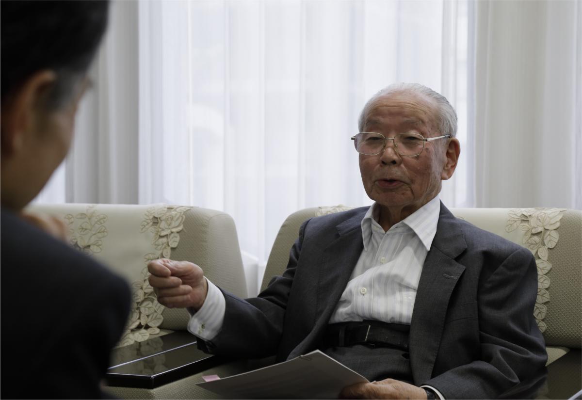 写真・図版 : 官房副長官在任時から今の政治まで縦横に語る石原信雄氏=東京・銀座