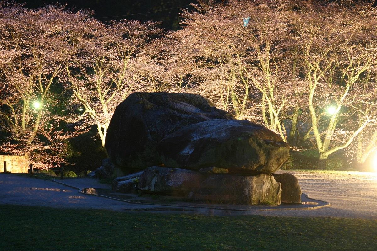 写真・図版 : 「飛鳥・藤原の宮都とその関連資産群」の石舞台古墳=筆者撮影