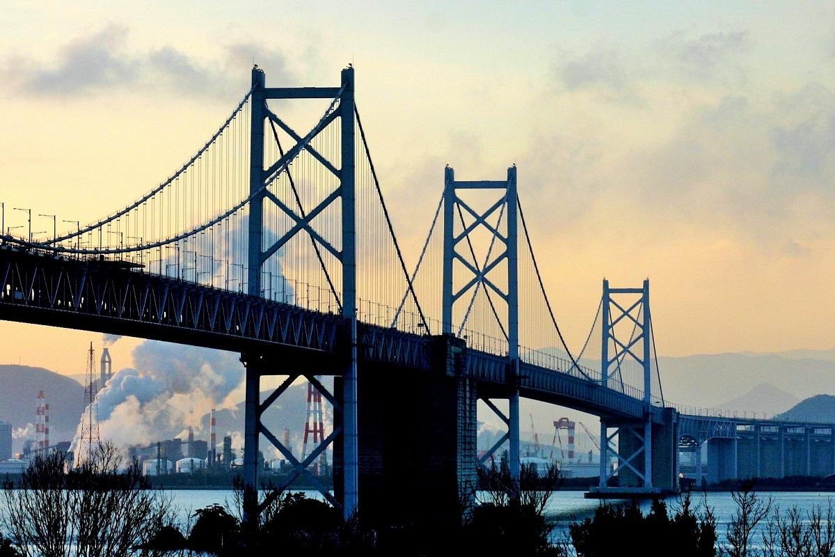写真・図版 : 日本イコモス国内委員会が「日本の20世紀遺産」に選んだ瀬戸大橋=筆者撮影