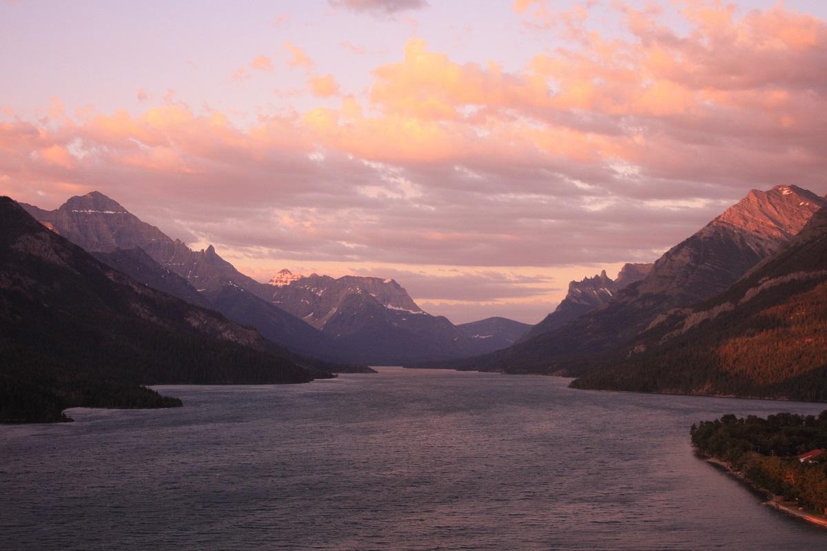写真・図版 : カナダのウォータートン湖国立公園。湖の奥にアメリカ側のグレイシャー国立公園が広がる=筆者撮影
