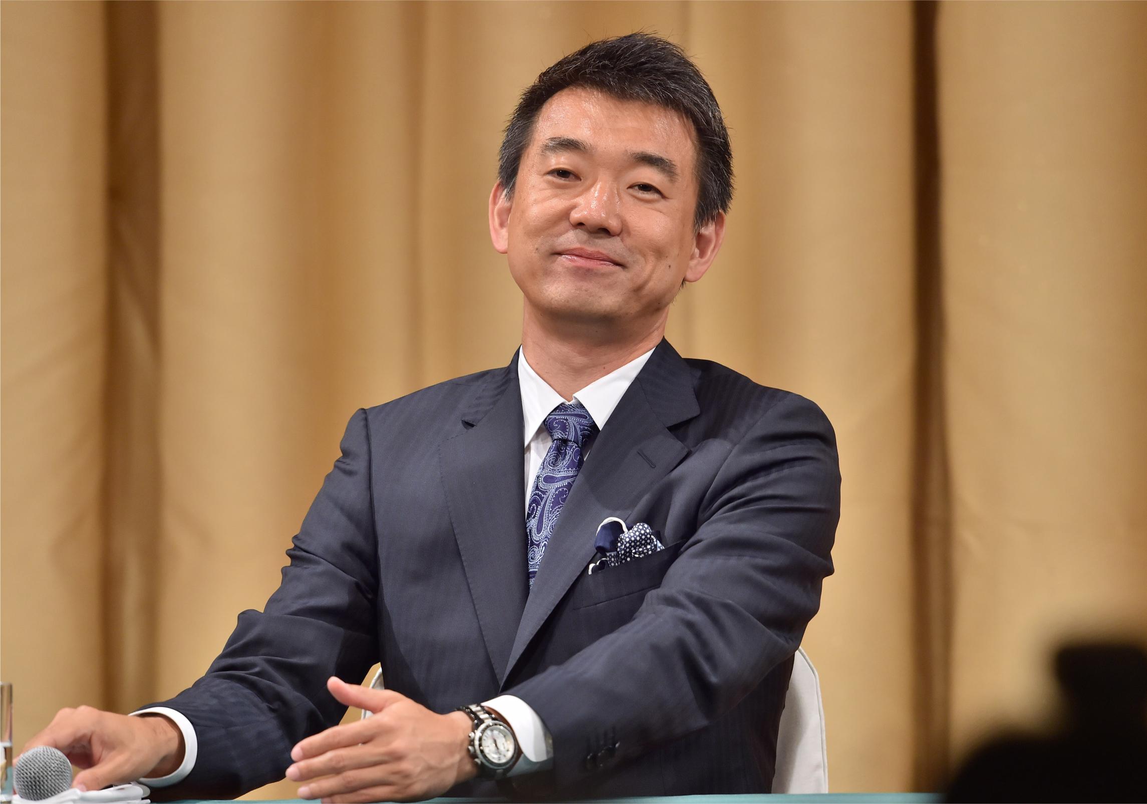 写真・図版 : 住民投票で大阪都構想が否決されたことを受け、政界引退を正式に表明する大阪維新の会代表の橋下徹市長=2015年5月17日夜、大阪市北区