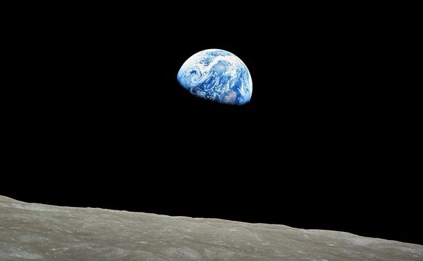 写真・図版 : アポロ8号が撮影した「地球の出」