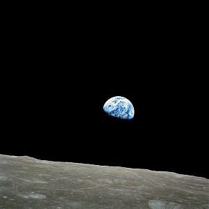 写真・図版 : アポロ8号が撮影した「地球の出」=NASA