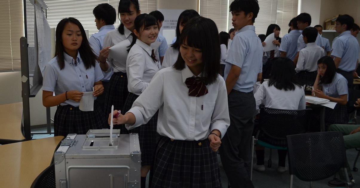 参院選を前に、模擬投票をする生徒たち=2019年6月18日、京都府宇治市の立命館宇治高校
