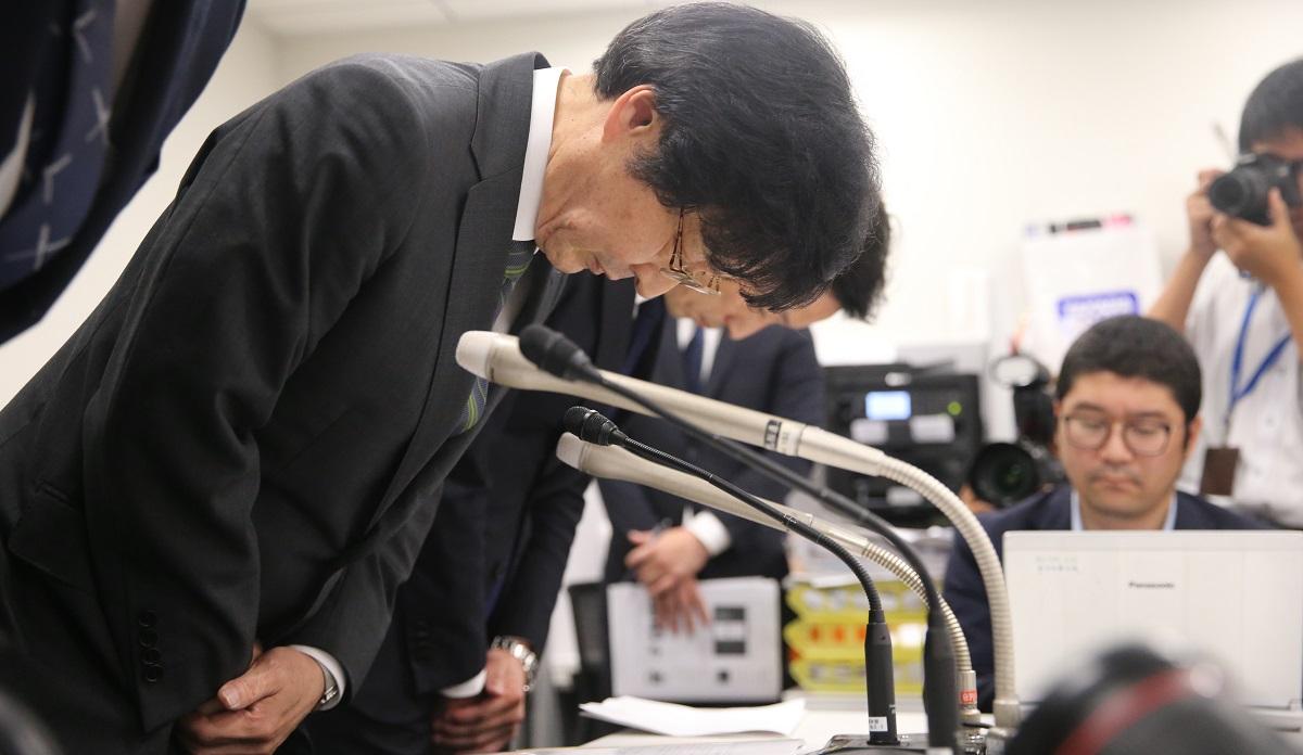 写真・図版 : 不正アクセス問題で謝罪するセブンペイの小林強社長。「2段階認証」について言葉に窮してしまい、若者たちから批判された