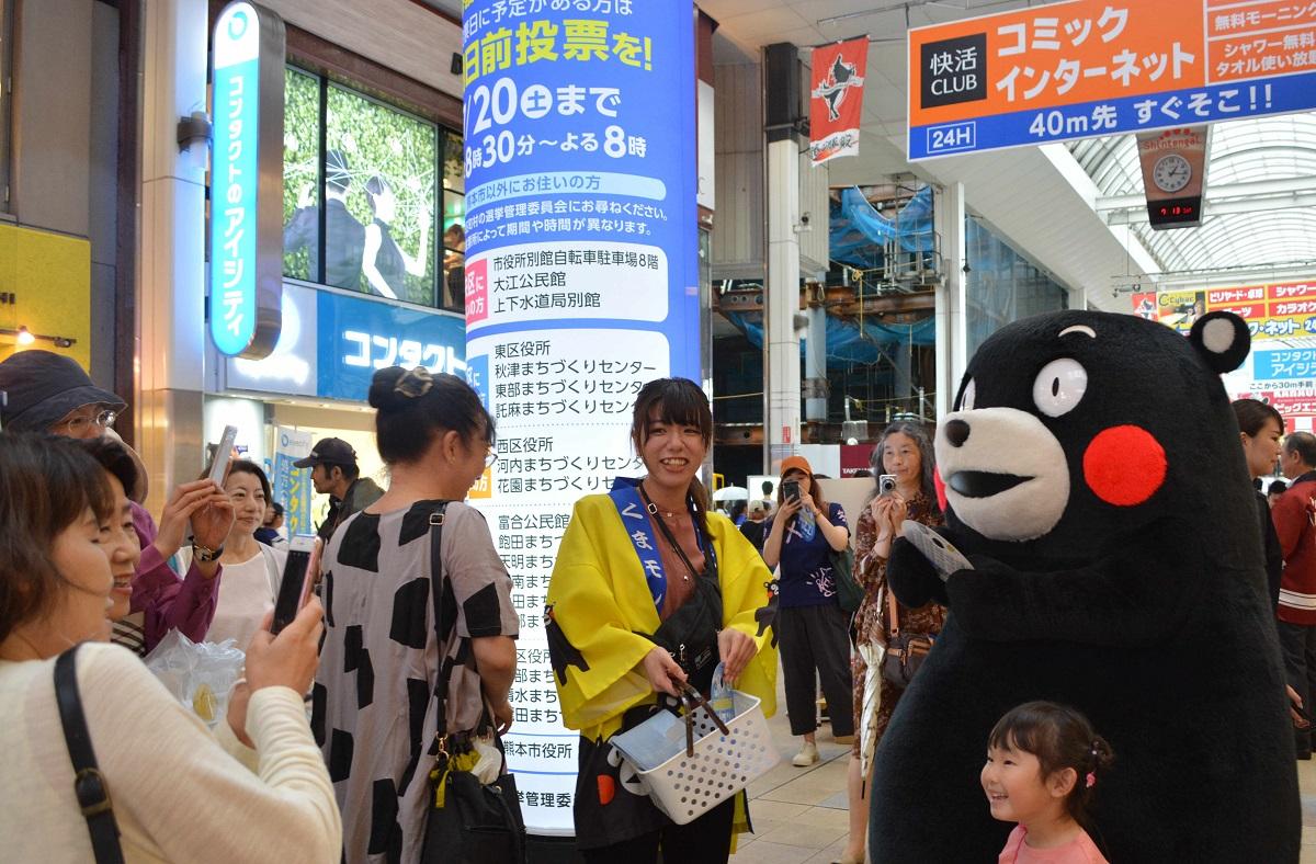 写真・図版 : くまモンも参院選の投票を呼びかけた=熊本市