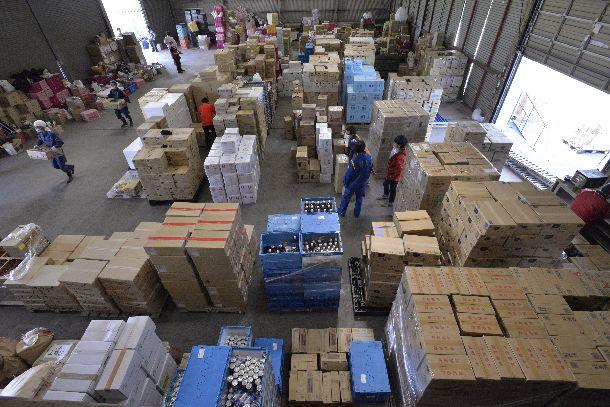 写真・図版 : 熊本地震への支援物資が積み上げられたJA西瓜選果場=2016年4月19日、熊本県益城町