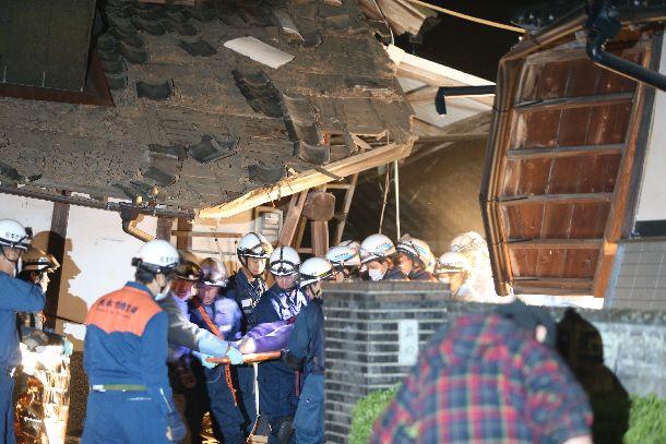 写真・図版 : 倒壊した民家に取り残された人を救助する消防と警察の救助隊=2016年4月15日、熊本県益城町