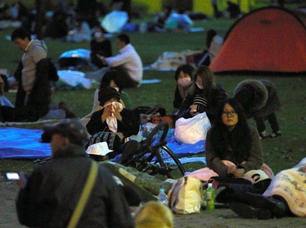 写真・図版 : 未明の大きな揺れで公園に避難し、夜明けを待つ人たち=2016年4月16日、熊本市中央区