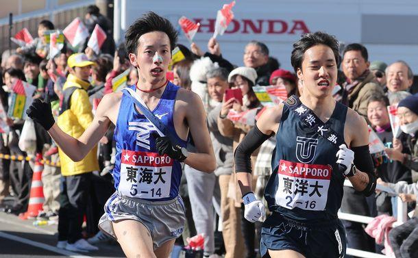 写真・図版 : 今年の箱根駅伝。復路8区で東海大(左)と東洋大が激しく競り合った=1月3日、神奈川県茅ケ崎市