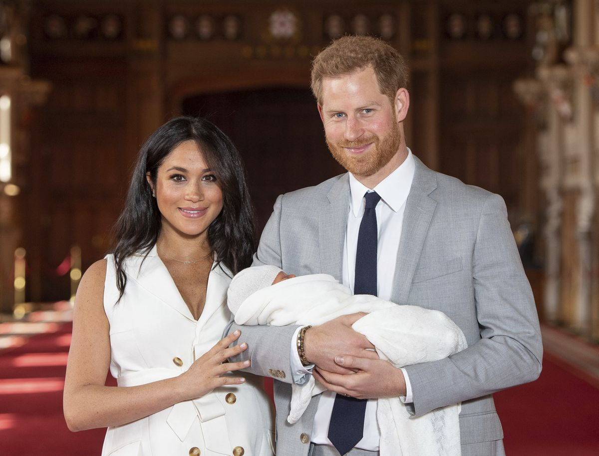 写真・図版 : 2019年5月、ハリー王子と生まれた赤ちゃん、メーガン妃=AP