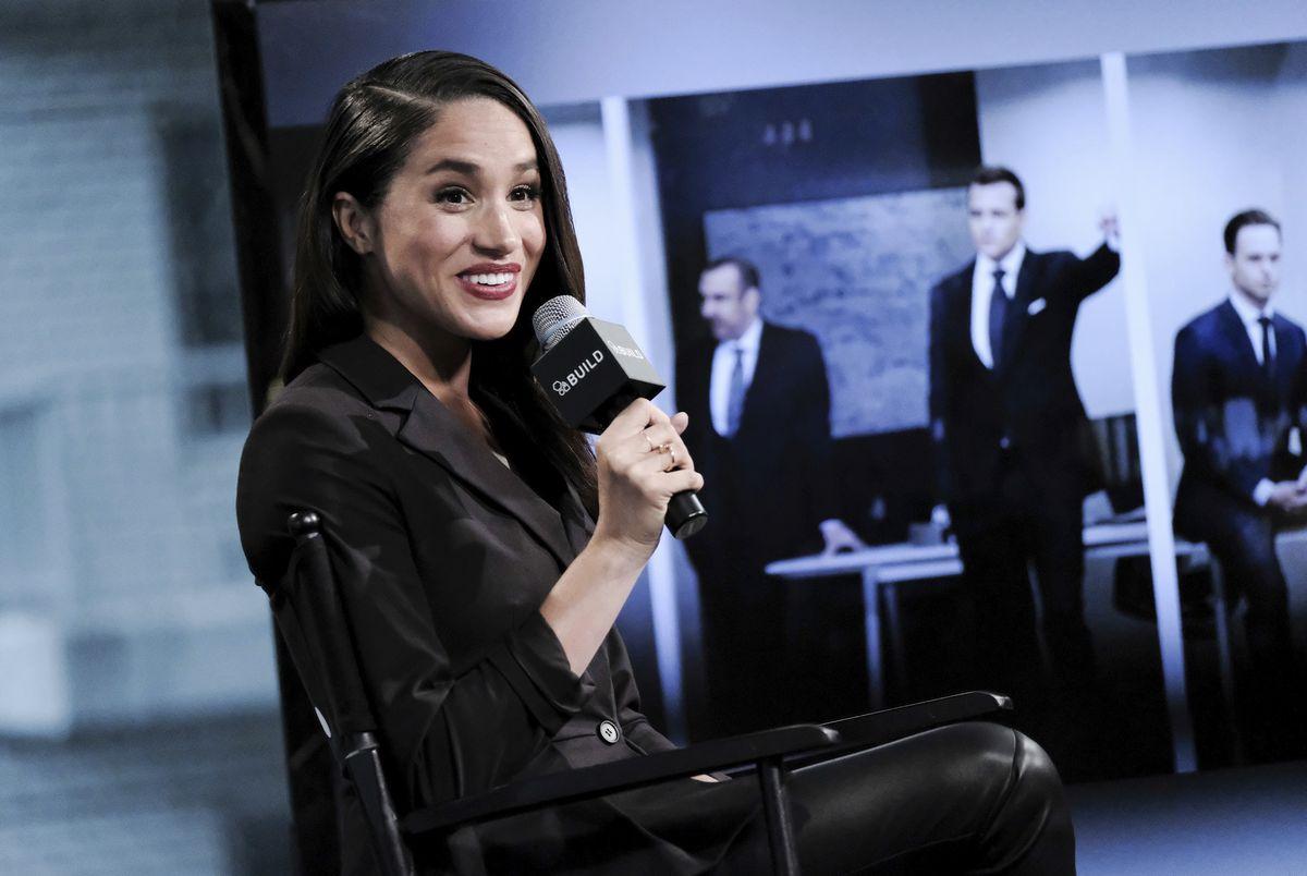 写真・図版 : 2016年、ニューヨークのスタジオで、テレビ番組「Suits」での役割について話している女優のメーガンさん=AP