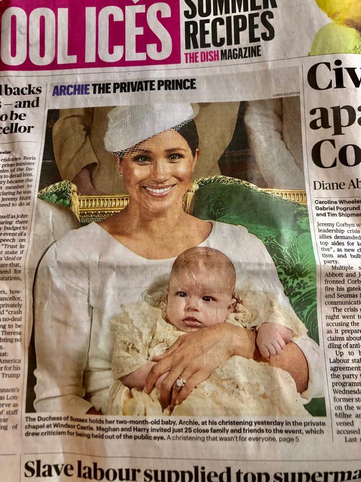 写真・図版 : 「アーチー、プライベートな王子」という見出しをつけた写真を掲載した、英「サンデー・タイムズ」紙=筆者撮影