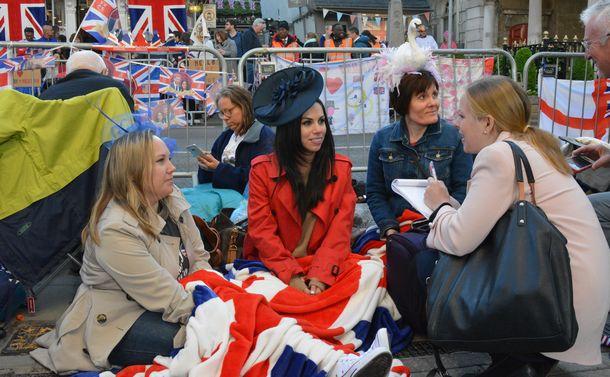 写真・図版 : ハリー王子とメーガン妃の結婚式の日、一目見ようと待ちわびる王室ファンら=2018年5月19日、ウィンザー、下司佳代子撮影