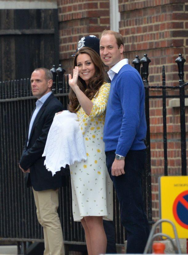 写真・図版 : 生まれたばかりの王女を連れて退院するキャサリン妃と、出産に付き添ったウィリアム王子=2015年5月2日、ロンドン、渡辺志帆撮影