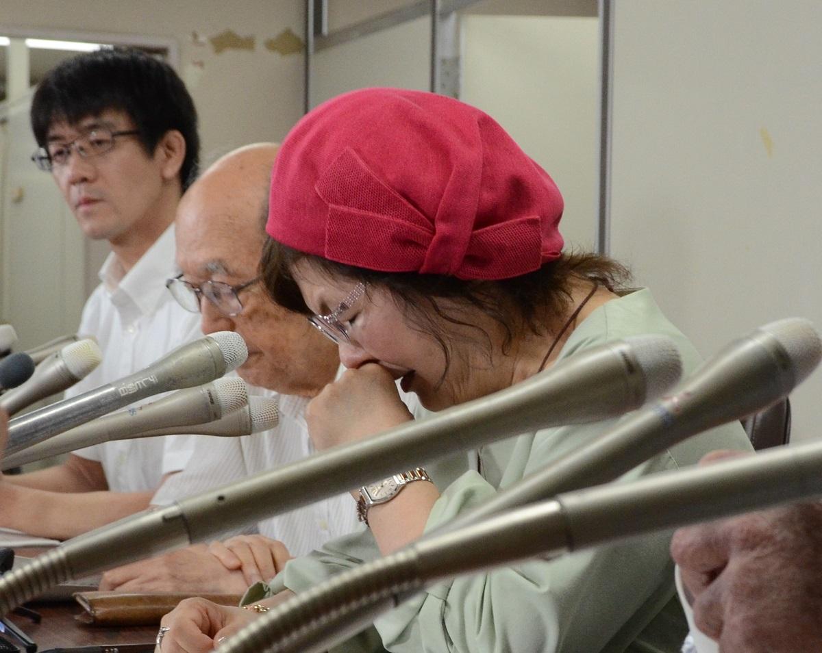 写真・図版 : 最高裁の決定に対して、記者会見で涙をこらえる鴨志田祐美弁護士=2019年6月26日