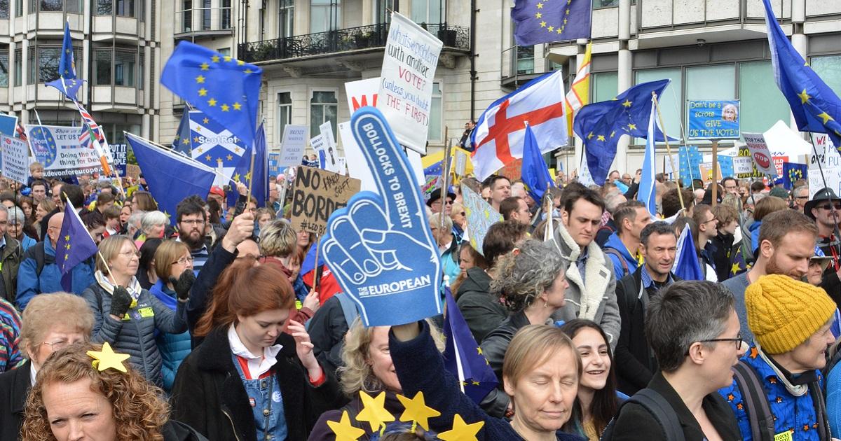 英国のEU離脱をめぐる2度目の国民投票を求めてデモ行進する人たち