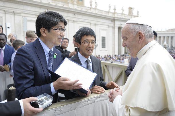 写真・図版 : フランシスコ法王(右)に広島市長と連名の親書を手渡す田上富久長崎市長(左)=2018年5月2日、©Vatican Media Foto、長崎市提供