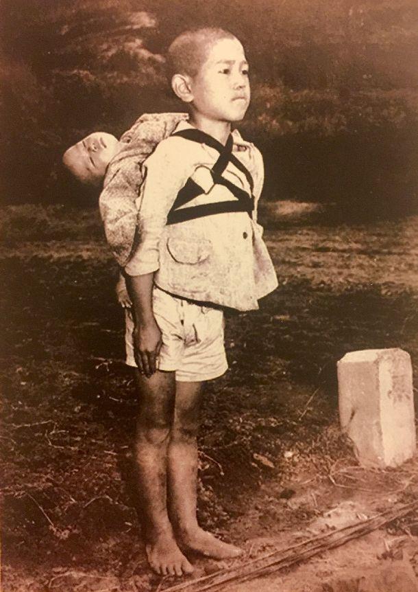 写真・図版 : ローマ・カトリック教会のフランシスコ法王の指示で配布されたカードの写真「焼き場に立つ少年」 。米国の従軍カメラマンだった故ジョー・オダネル氏が1945年に撮影した=ローマ法王庁提供