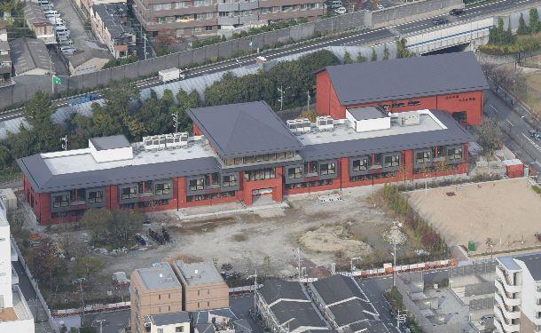 写真・図版 : 森友学園が小学校開設を予定していた土地。すでに空調の室外機などの設備が整えられていた=2017年11月22日、大阪府豊中市