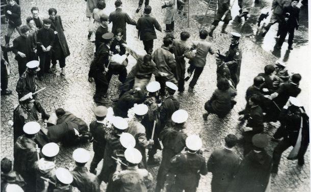 写真・図版 : GHQの指導によるレッドパージに対抗し全学連は「赤色教授追放」反対の闘争を強め、東京都学連がゼネストを決行した。東大の学内では、大学当局の禁止を無視して「レッド・パージ計画粉砕全学総決起大会」が開かれた。大学側は6つの門を閉めて、外部からの流入阻止を図ったが、学生が中から正門を開き、警官隊ともみ合いながら早大生を迎え入れた。他大学の学生も含む2000人が集まった=1950年10月5日、東京・本郷の東京大学構内