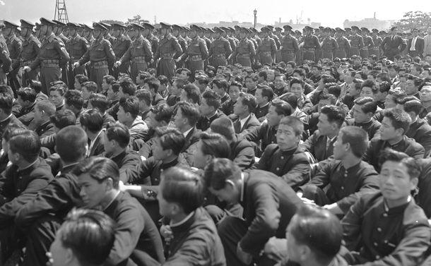 写真・図版 : サンフランシスコ平和条約調印で独立を獲得したこと、さらに憲法施行5周年を記念する式典が皇居前広場で開かれた。前々日の「血のメーデー事件」の直後に開かれたため、警察だけでなく警察予備隊500名(写真奥)も参加した=1952年5月1日、東京・皇居前広場