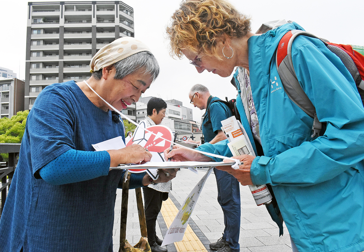 写真・図版 : 「ヒバクシャ国際署名」に応じる人たち=2019年5月、広島市中区