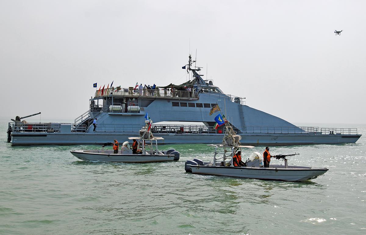 写真・図版 : ホルムズ海峡を警備するイランの精鋭部隊・革命防衛隊の警備艇と大型船舶=2019年7月3日、イラン南部バンダルアッバス沖、杉崎慎弥撮影