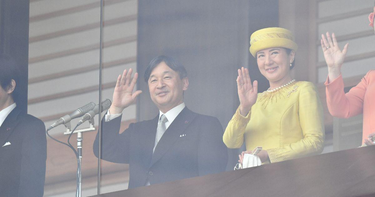 写真・図版 : 一般参賀に集まった人たちに手を振る天皇、皇后両陛下=2019年5月4日、皇居・宮殿