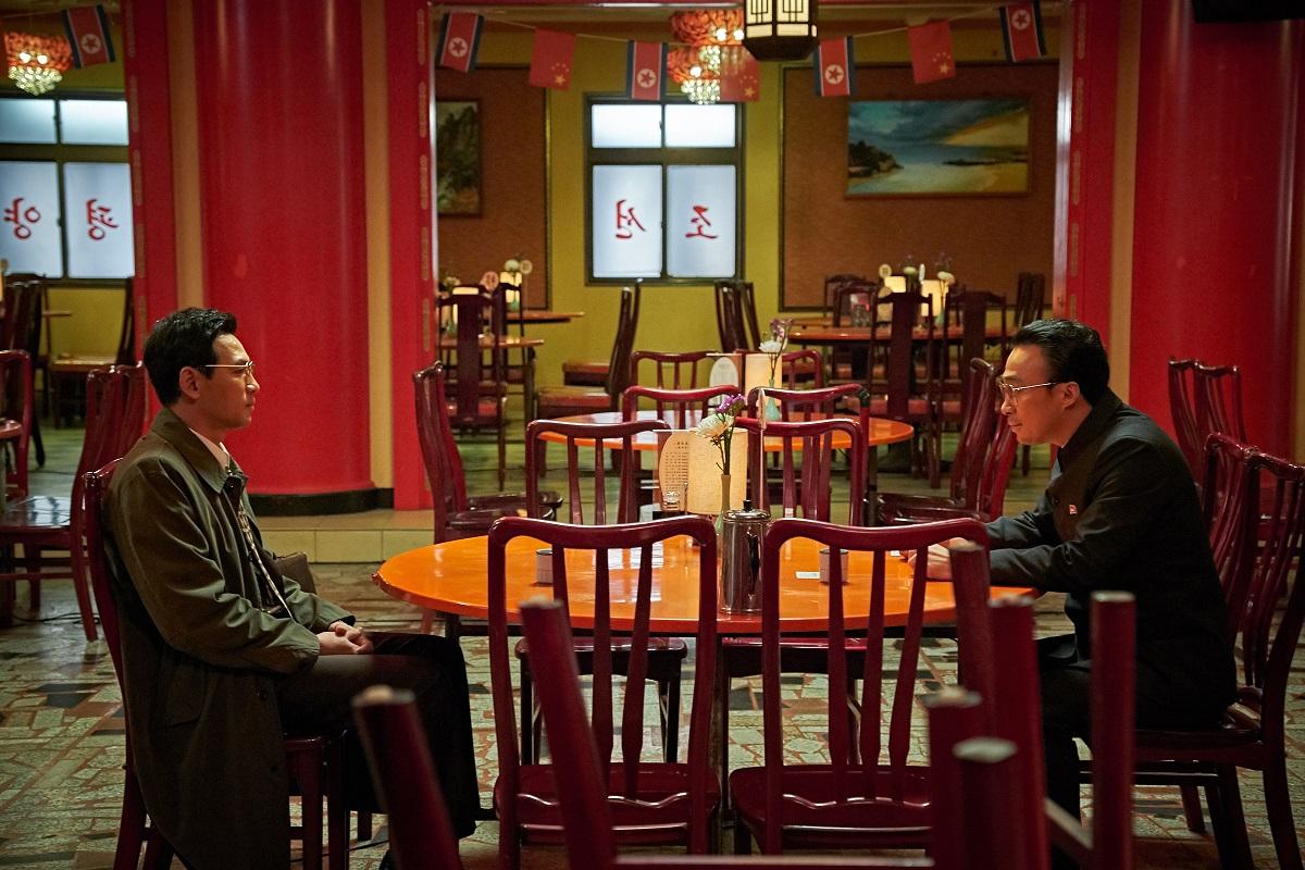 写真・図版 : スパイ「黒金星」ことパク・ソンギョンを演じるファン・ジョンミン(左)と、北朝鮮側幹部リ・ミョンウン役のイ・ソンミン。 © 2018 CJ ENM CORPORATION ALL RIGHTS RESERVED