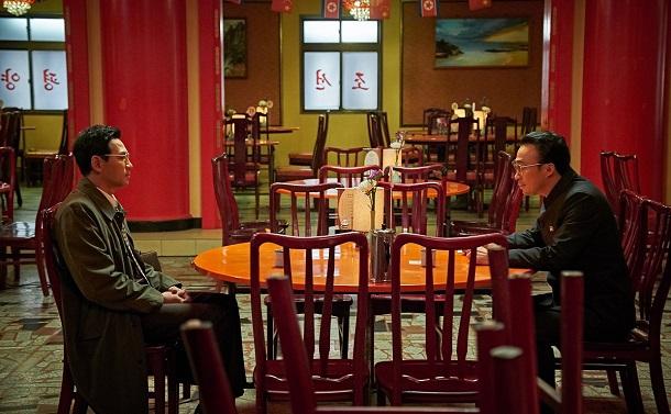 写真・図版 : スパイ「黒金星」ことパク・ソンギョンを演じるファン・ジョンミン(左)と、北朝鮮側幹部リ・ミョンウン役のイ・ソンミン © 2018 CJ ENM CORPORATION ALL RIGHTS RESERVED